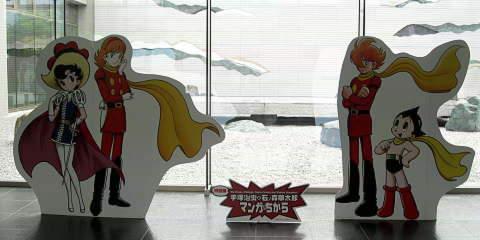 画像:入り口で迎えてくれる逆光のキャラクター達
